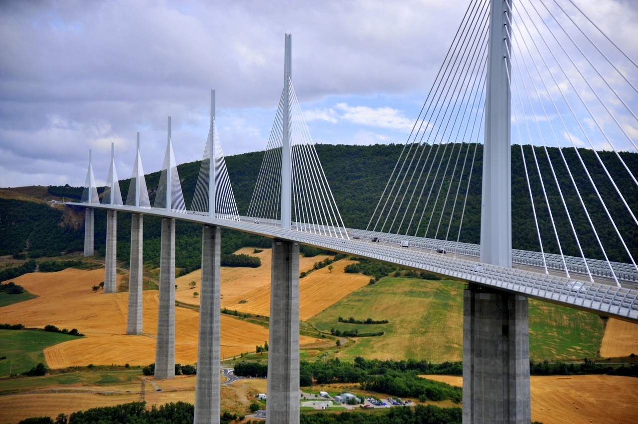 http://2.bp.blogspot.com/-tzKpKAcOd_U/TlI3UPNqPDI/AAAAAAAAAPI/sSse76HjszM/s1600/Millau_Viaduct-Cable-stayed_bridge-List_of_tallest_bridges_in_the_world-hd.jpg