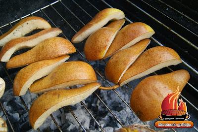 Mechanik grilluje deser z grilla dla dzieci mechanik w kuchni grillowana gruszka