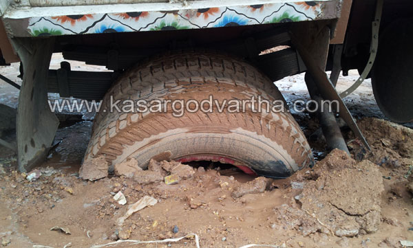 Kasaragod, Lorry, Water, Kerala, Nullippady, Industrial gas cylinder, Water Pipe, Road, Malayalam news