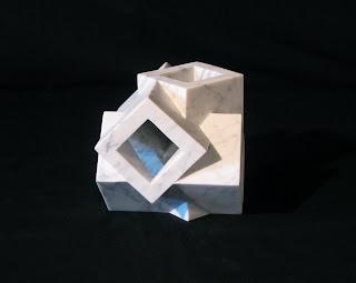 大理石の抽象彫刻