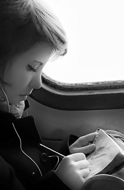 Girl's drawing in a suburban train / Девочка рисует в электричке - утро на работу на учебу в институт москва подмосковье вокзал поезд электричка девушка девочка художник плеер плейер музыка наушники mp3 morning suburban train work univercity artist girl student moscow player music headphones