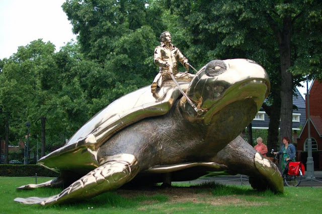 Hombre sobre tortuga