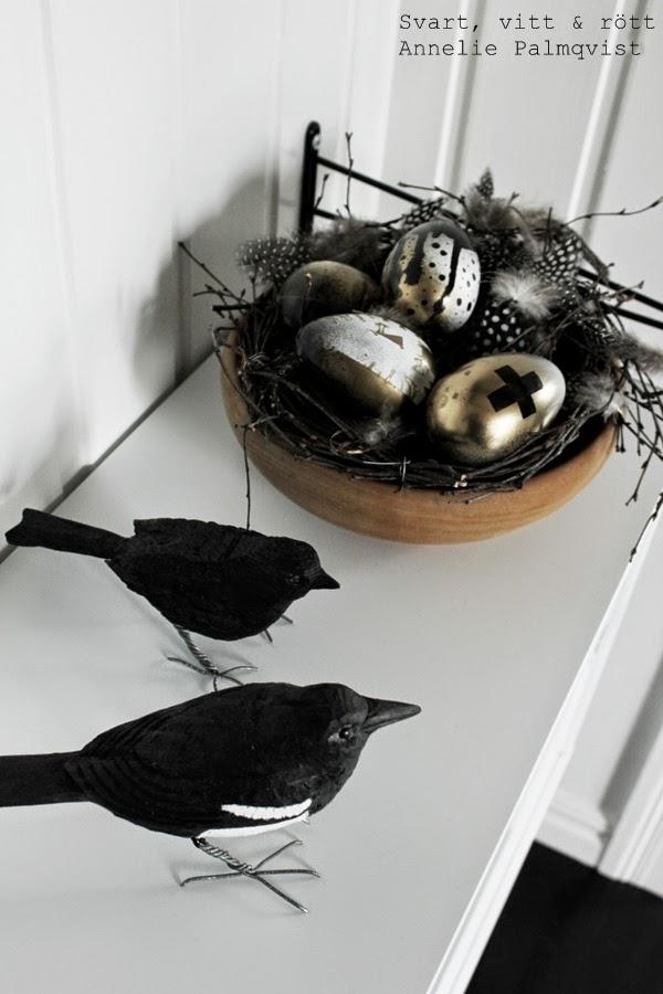 diy ägg, diy, måla ägg, guldspray, svart och vit sprayfärg, spraya ägg, påskägg att göra själv, kors på ägg, korstecken, korstecknet, fågelbo, koltrast, handsnidad fågel, pärlhöns fjädrar, fjädrar att pynta med, dekoration, påsken 2014, vit stringbyrå, pyssel, påskdekoration, vitt, svart, guld, detaljer, details, svartvita fåglar, svarta fåglar, home, detaljer, dekoration, inredning, inspiration,