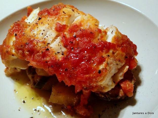 Peixe assado com Molho de Tomate e Legumes