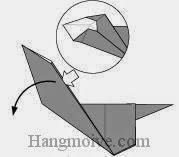 Bước 6: Từ vị trí mũi tên, mở lớp giấy trên cùng ra, kéo và gầp tờ giấy xuống dưới.