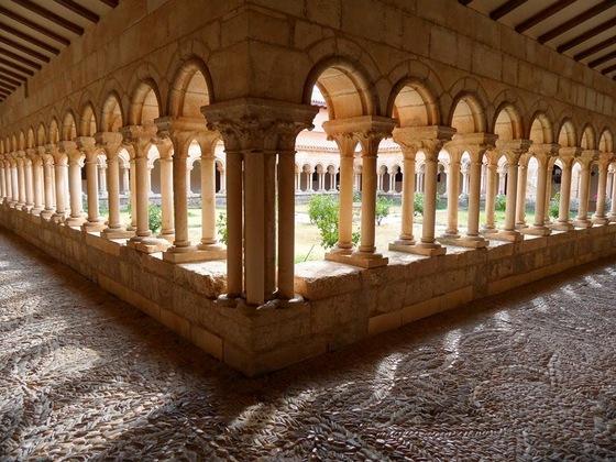 imagen_monsaterio_cister_romanico_claustro_columnas_arcos_villamayor_montes_burgos