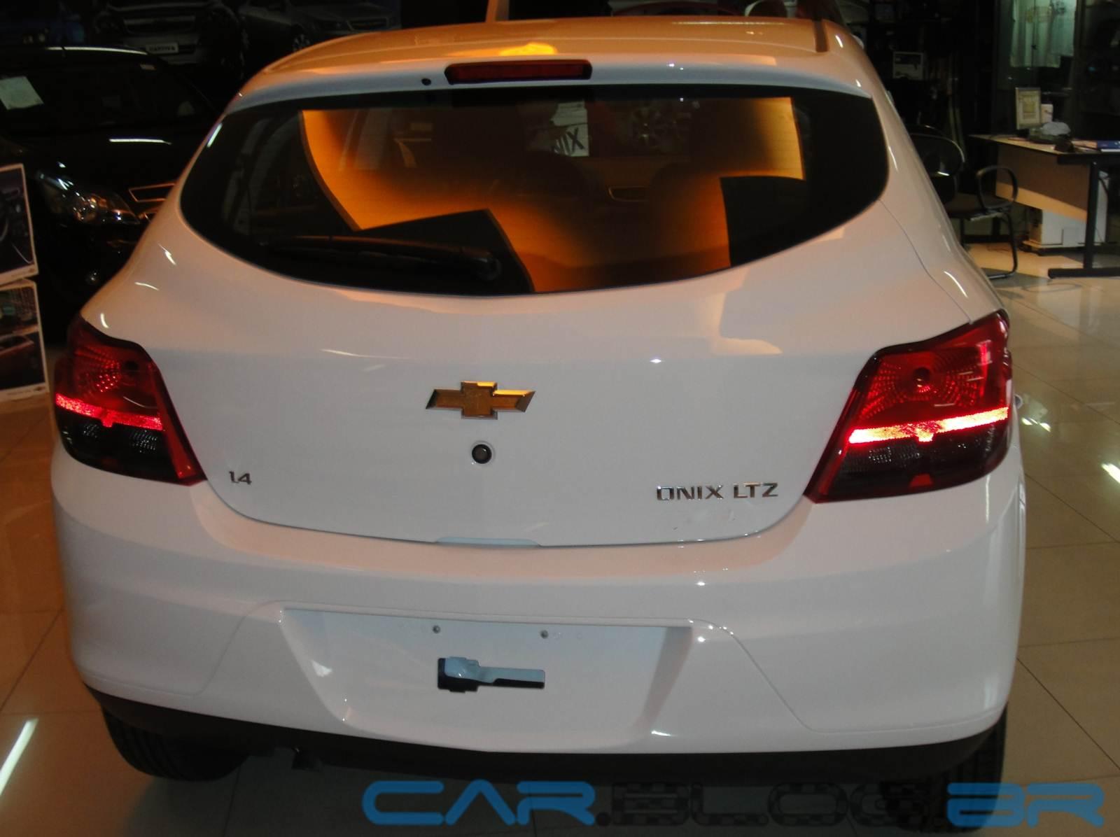 Chevrolet Onix Ltz 14 2013 Branco Traseira