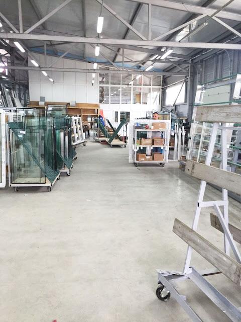 На производстве компании «Остров окон СП» в Сергиевом Посаде имеется собственная гибка профиля, что позволяет изготавливать не только классические окна, но и окна любых форм и размеров (трапеции, арки).