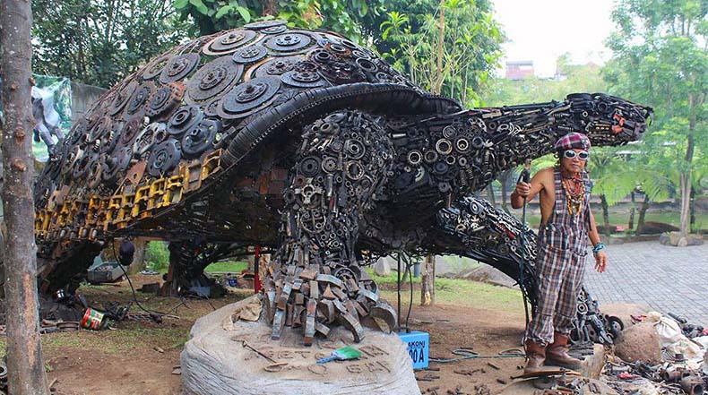 Tortuga gigante hecho de miles de piezas de chatarra por Ono Gaf