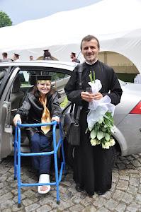 Cu Părintele Georgian Păunoiu, la festivitatea de absolvire, licențiații promoției 2012 - FTOUB