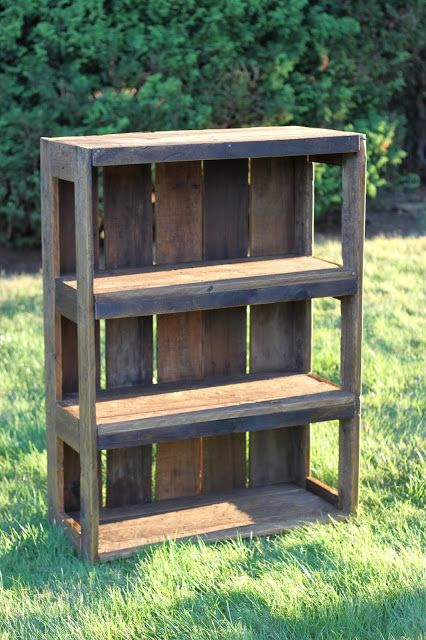 DIY Wood Pallet Bookshelf