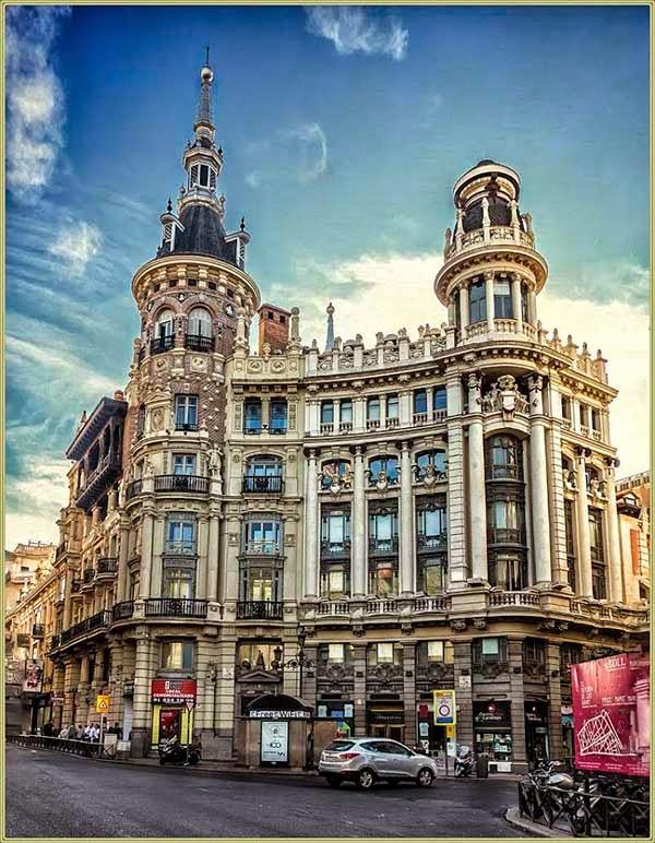 uno de los edificios ms atractivos de madrid es el conocido como edificio meneses por haber pertenecido durante una poca a la firma de platera madrilea