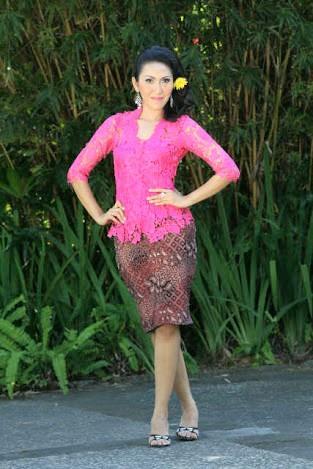 kebaya pink broklat dengan rok batik