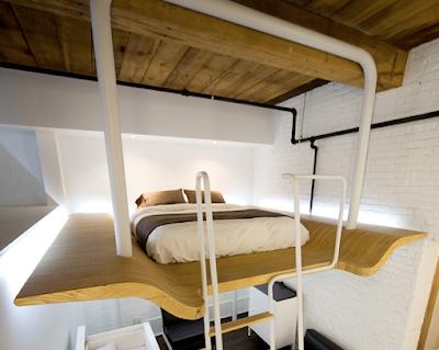 cama preso no alto em uma plataforma