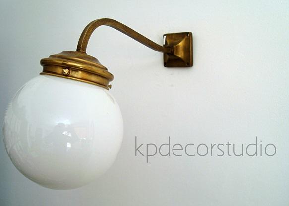 Tienda online de lámparas antiguas y apliques de pared de latón y bronce para decoración vintage de interiores, pasillos y recibidores.
