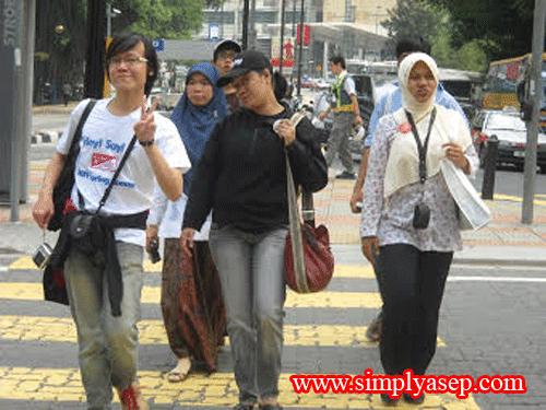 GAYA : Inilah rombongan saya yang tetap gaya bahkan saat menyeberangi Zebra Cross  Foto Asep Haryono