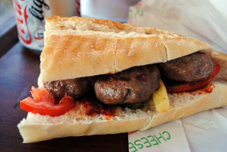 Lamsgehakt, tomaat en een frietje tussen Frans brood in een snackbar in Istanboel, Turkije