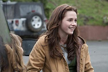 Kristen Stewart smiling in Twilight 2008 movieloversreviews.blogspot.com