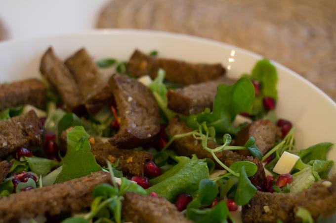 ruokaisa salaatti tarjottavaksi juhlava salaatti leipäkrutongit