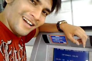 Anak Orang Kaya Pamer Isi ATM, Sombong