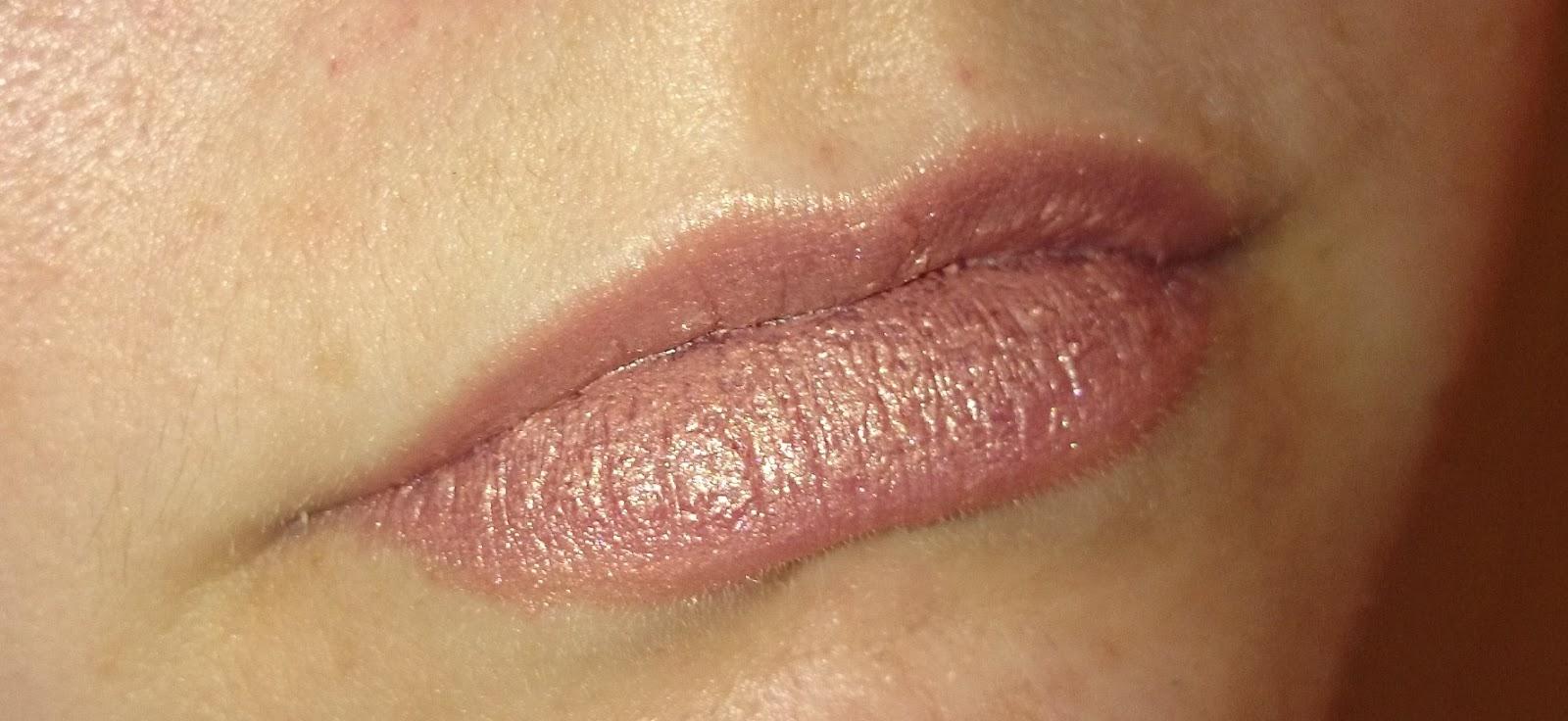alverde Lippenstift 02 Shiny Terra aufgetragen