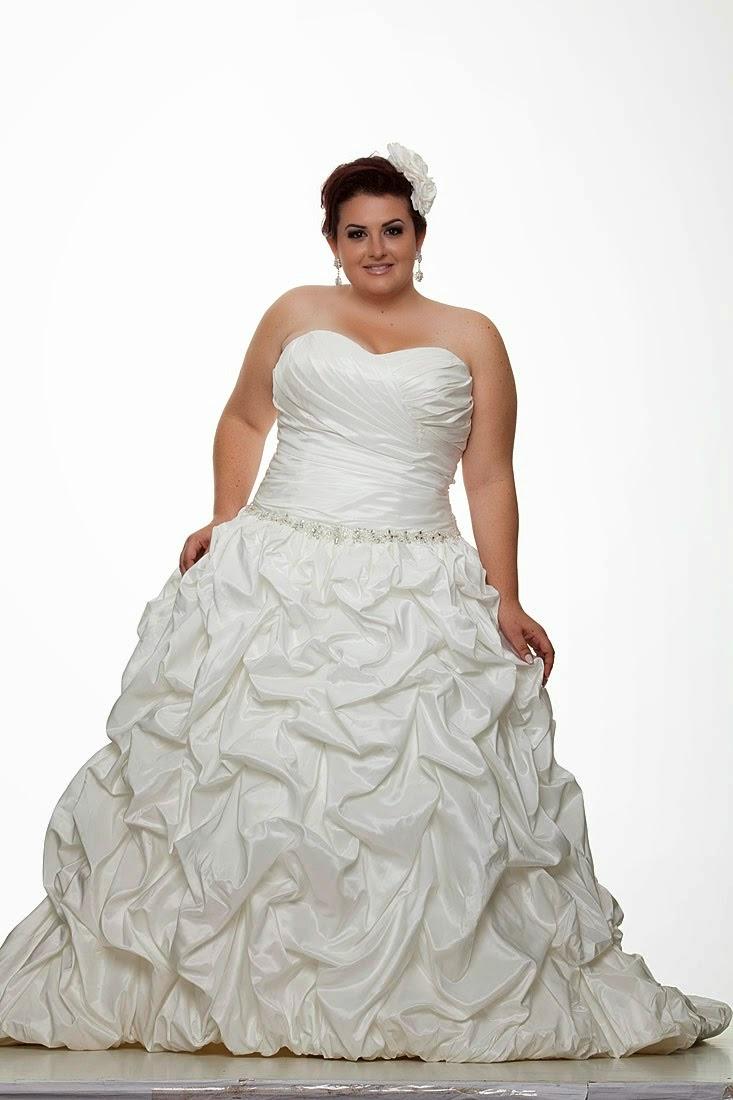 504b11959 Uma boa pedida para usar com os modelos tomara que caia são os boleros,  super charmosos e que dão um ar mais romântico ao vestido. A noiva pode  usá-lo ...