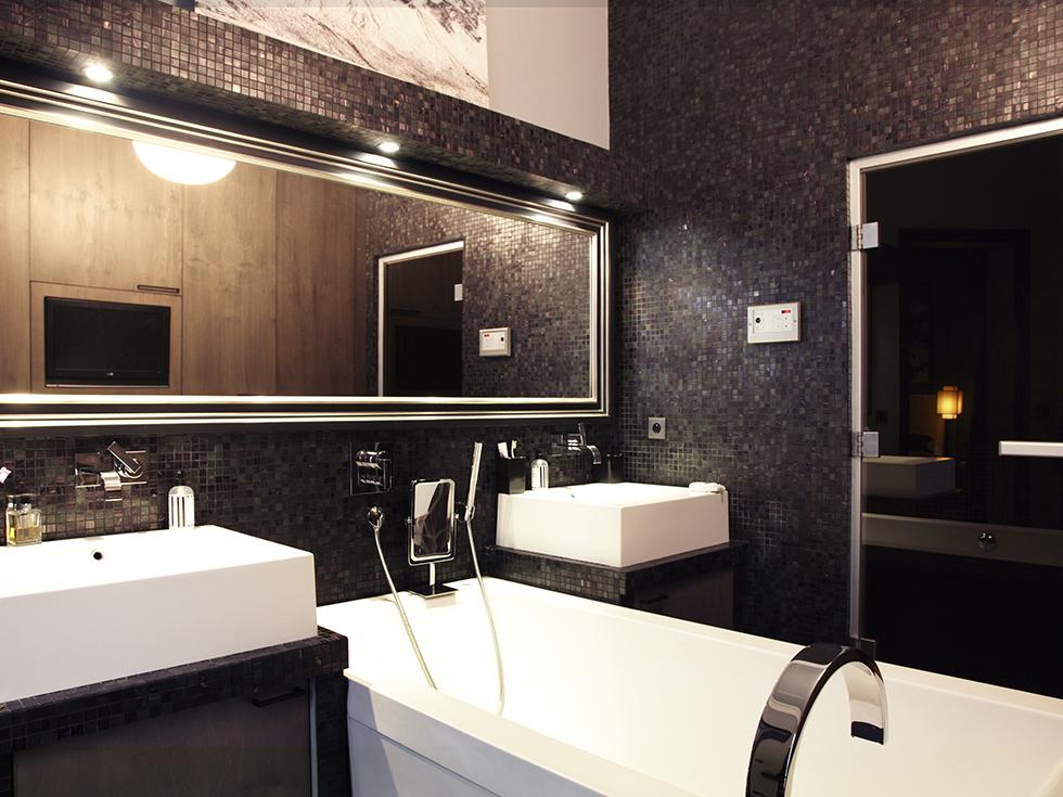 Le kg room un appartement haussmannien remplit d 39 ic nes du design - Salle de bain en mosaique ...