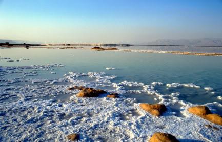 Laut mati yang panjangnya 67 km dan lebar 18 adalah danau garam antara