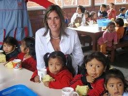 Gabriela Pérez del Solar juntos a muchos niños de bajos recursos