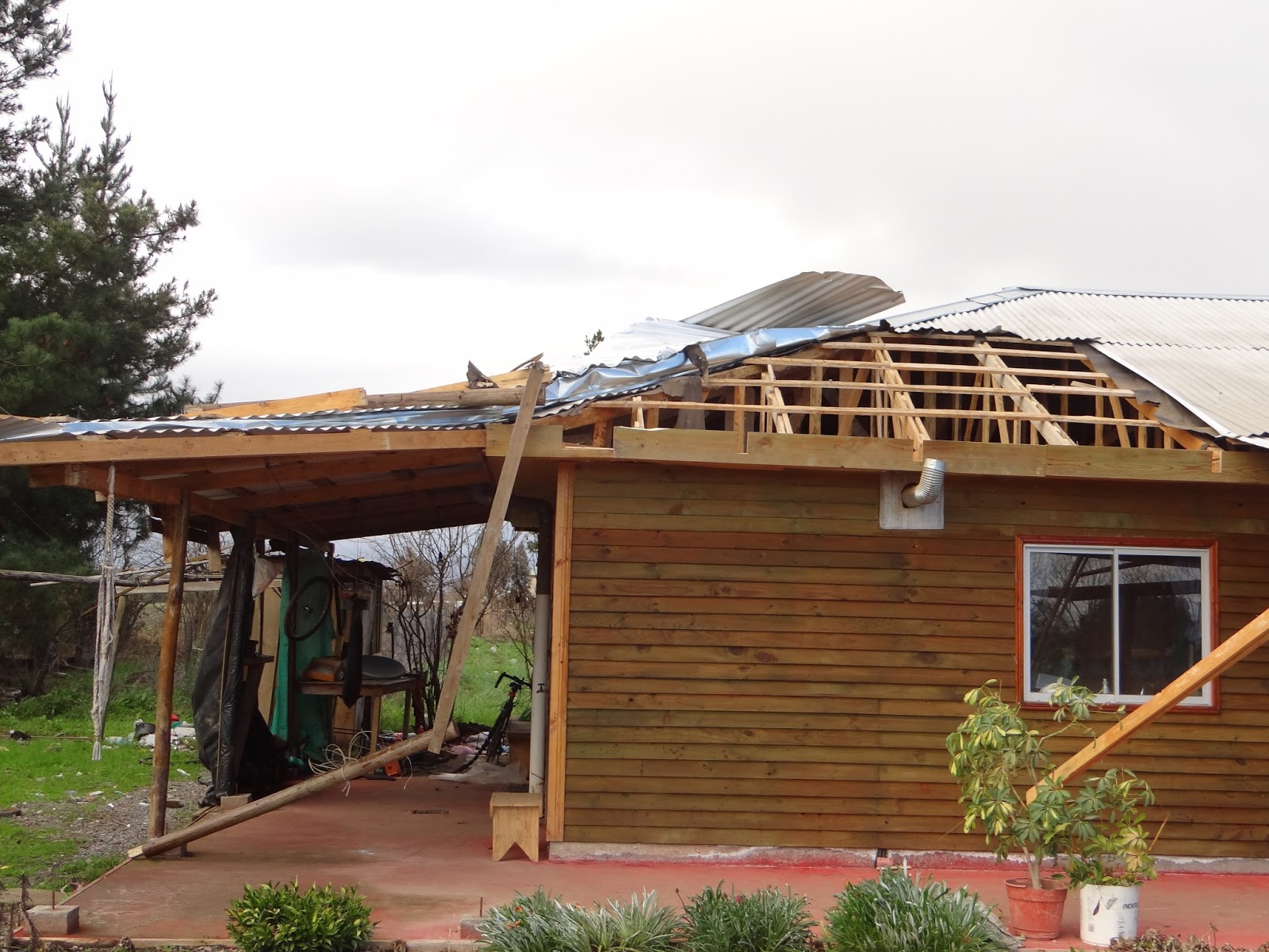 fuertes vientos vuelan techumbres de casas en los gomeros