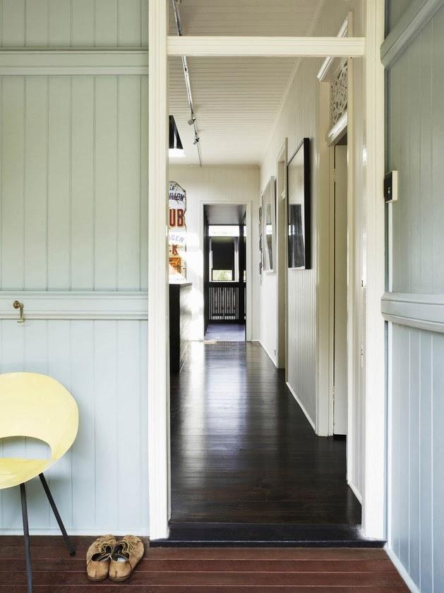 Desain Rumah Kayu dengan Dinding Kaca Warna-Warni