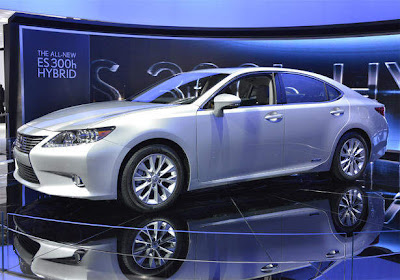 2013_Lexus_ES_350_and_300h_Side_Angle