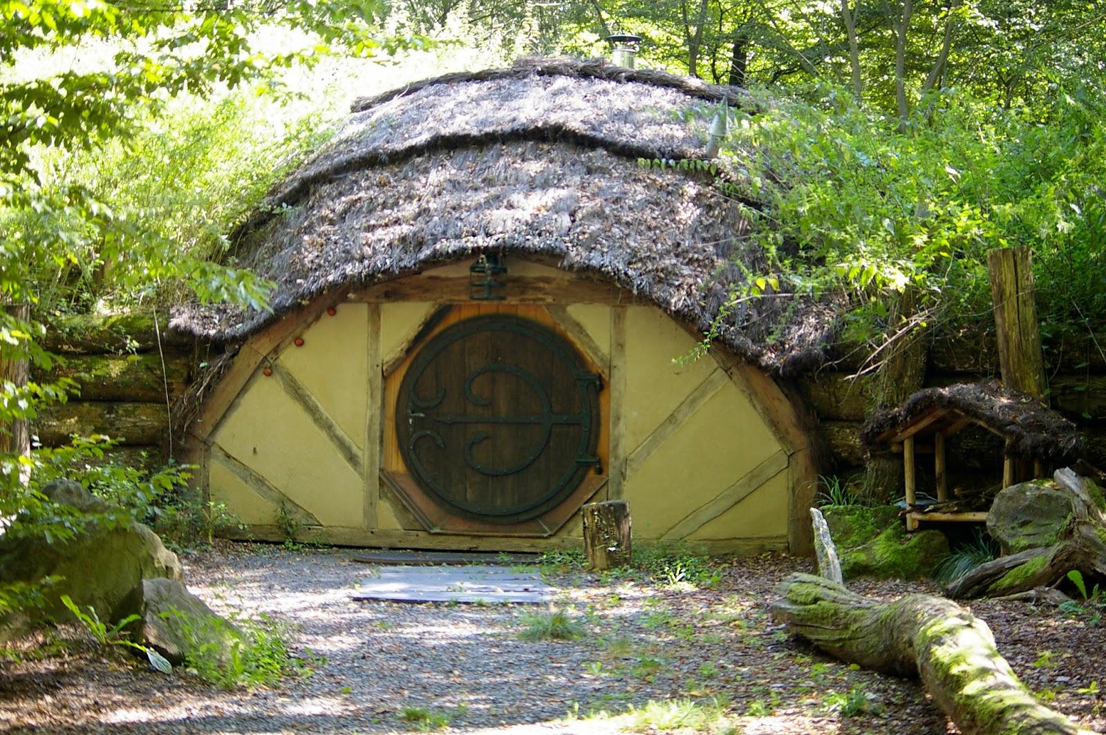 les fibres noires dormir avec les loups dans une maison de hobbit. Black Bedroom Furniture Sets. Home Design Ideas