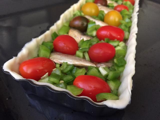 Hojaldre de sardinas y tomates. Añadiendo pimiento verde.
