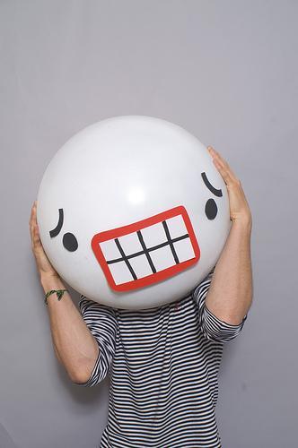 matthew nicholson fotografia divertida linguagem corporal cabeça gigante emoticons