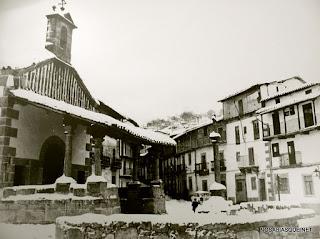 Crucero del Humilladero con nieve, en Candelario (Salamanca)