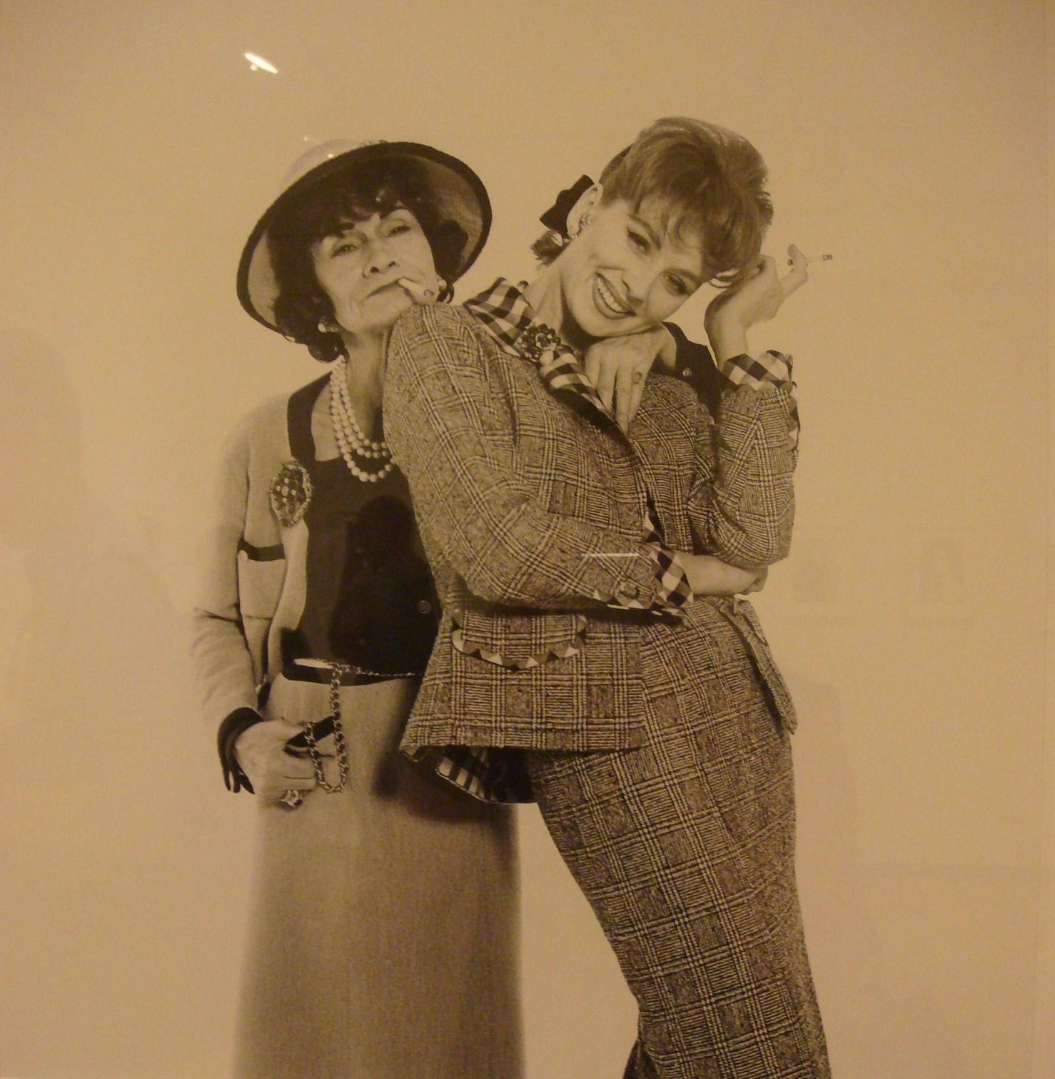 gabrielle bonheur Coco chanel, de son vrai nom gabrielle bonheur chanel est née en 1893elle fonde, en 1910, la grande maison chanel et se fait remarquer en créant des chapeaux originaux.
