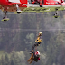 Ελβετία: Η δραματική διάσωση των επιβατών του τρένου που εκτροχιάστηκε (βίντεο)