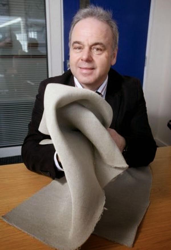 Professor Elias Siores (Universiti Bolton) menunjukkan fabrik yang  boleh menjana kuasa elektrik menggunakan tindak balas pergerakan.