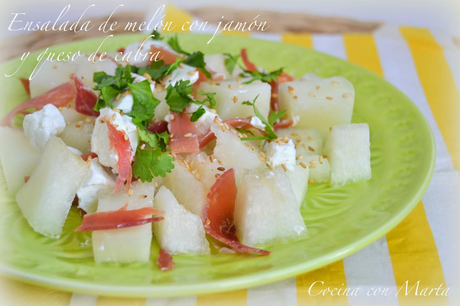 Ensalada de melón con jamón serrano y queso de cabra fresco. Receta ligera, sana y casera.