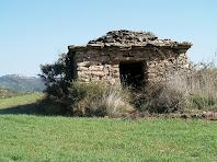 La barraca de vinya nº 5 amb Castelladral al fons, a l'esquerra