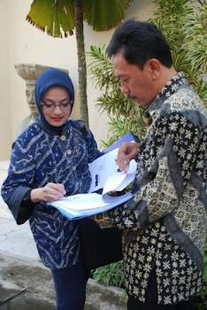 Bersama Kepala Bagian Admin FH UGM, Yogyakarta, Bapak Riyanto: Marissa Grace Haque Fawzi