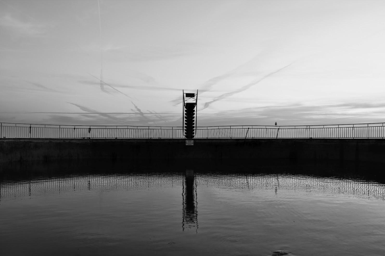 Plongeoir de la piscine de Saint Quay Portrieux en noir et blanc