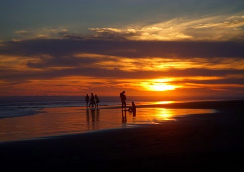 indahnya sunset pantai indrayanti