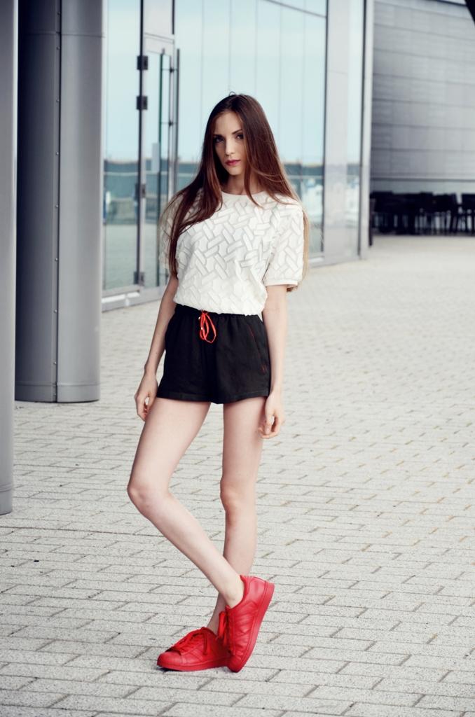 dziewczna w adidas supercolor w kolorze czerwonym