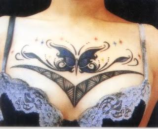Tatuagens femininas borboletas em peito