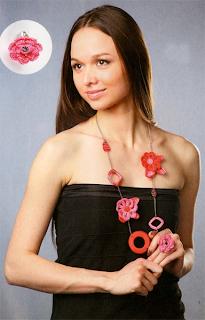 Бусы и кольцо из вязаных крючком цветов