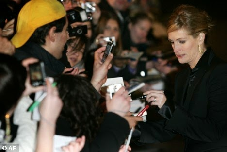 http://coolspotters.com/actresses/julia-roberts/and/entertainment/left-handed/media/938488#medium-938488
