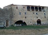 La façana de llevant té un gran arc rodó a nivell de terra i al segon pis una galeria amb cinc arcs de pedra rebaixats