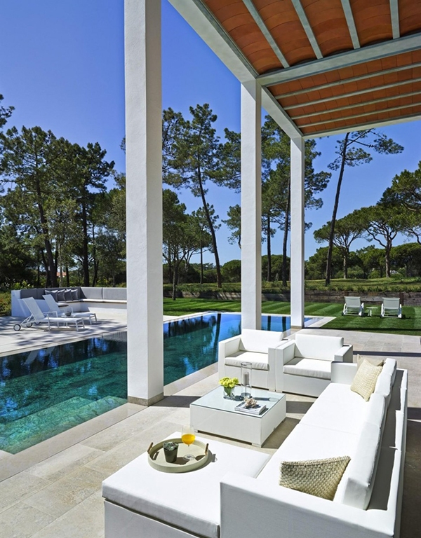 Rumah ini dikelilingi dengan taman rumput yang rapi dan beberapa